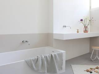Baños de estilo minimalista de Not Only White B.V. Minimalista