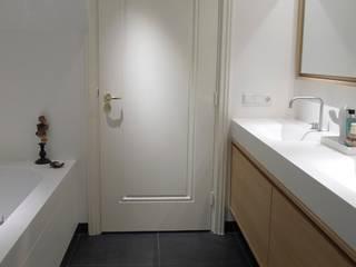 Baños de estilo moderno de Not Only White B.V. Moderno