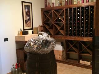 Taverna di rovere con sapore di vino: Cantina in stile in stile Rustico di Falegnameria Ferrari