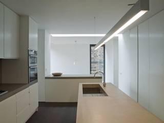Taptonville Road: minimalistic Kitchen by HoughtonBudd Architects