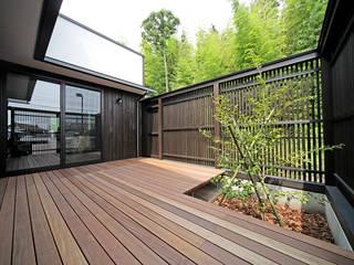 プライベートデッキを囲む家: ㈱カナザワ建築設計事務所/KANAZAWA Architects Design Officeが手掛けたテラス・ベランダです。