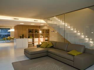 LIVING ROOM: Soggiorno in stile  di marco.sbalchiero/interior.design