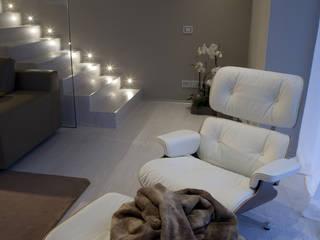 ZONA RELAX: Soggiorno in stile  di marco.sbalchiero/interior.design