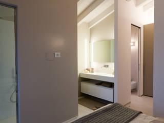 BAGNO INTERNO ALLA CAMERA: Bagno in stile  di marco.sbalchiero/interior.design