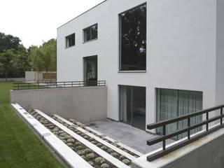 Minimalist house by KleurInKleur interieur & architectuur Minimalist