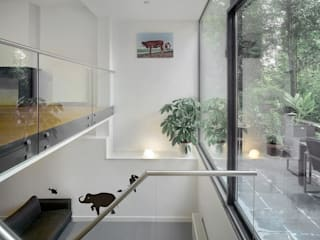Modern nursery/kids room by Architectenbureau Vroom Modern