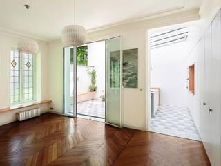 Phòng ăn phong cách tối giản bởi Agence Noémie Meney Tối giản