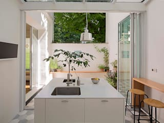 Nhà bếp phong cách tối giản bởi Agence Noémie Meney Tối giản