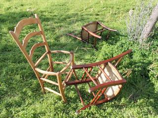 Alcune sedie prima dell'intervento di restyling:  in stile  di Studio SerEla