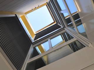 VILLE UNIFAMILIARI: Case in stile in stile Moderno di Studio di architettura Alberto Antoni