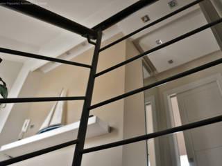 L'accesso alla zona notte.: Ingresso & Corridoio in stile  di Studio Architettura Pappadia