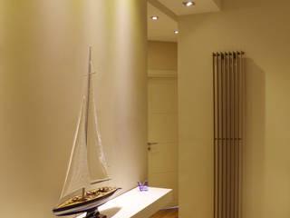 Il disimpegno tra le camere da letto caratterizzato da giochi di volumi che si intersecano tra loro.: Ingresso & Corridoio in stile  di Studio Architettura Pappadia