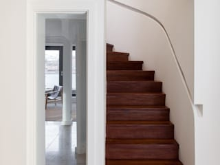 City Centre Apartment Modern corridor, hallway & stairs by helen hughes design studio ltd Modern
