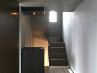 西麻布の家 モダンスタイルの 玄関&廊下&階段 の 東章司建築研究所 モダン