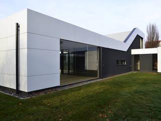 Wohnhaus mit Fernsicht Moderne Häuser von Architekt Adrian Tscherteu Modern