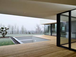 Wohnhaus mit Fernsicht: moderne Häuser von Architekt Adrian Tscherteu
