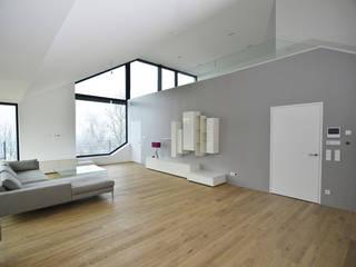 Wohnhaus mit Fernsicht: moderne Wohnzimmer von Architekt Adrian Tscherteu