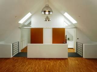 Projekty,  Korytarz, przedpokój zaprojektowane przez Architekten Lenzstrasse Dreizehn