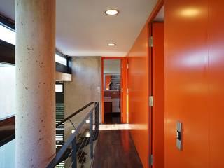 Pasillos, vestíbulos y escaleras modernos de Architekten Lenzstrasse Dreizehn Moderno
