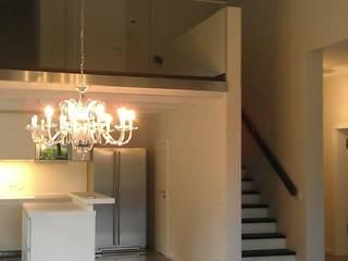 Wohnraum mit offener Küche und Aufgang zur Empore mit Arbeitsplatz: moderne Wohnzimmer von Völcker Architekten