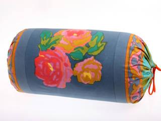 Cuscino rullo in cotone nizam grey:  in stile  di Lisa Corti