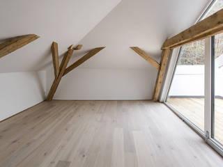 Sanierung und Umbau eines Salzburger Stadthauses:  Wohnzimmer von Architekt Adrian Tscherteu