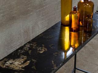 Consola de mármol y acero:  de estilo industrial de Cube Deco, Industrial