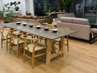 Mesa de comedor de mármol verde y patas de roble. Sillas de madera de haya y cuerda.: Comedor de estilo  de Cube Deco