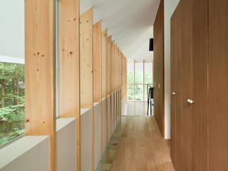 AIDAHO Inc. Pasillos, vestíbulos y escaleras de estilo ecléctico