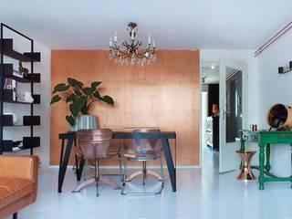 Koperen muur in de woonkamer:  Woonkamer door IJzersterk interieurontwerp