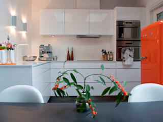 gezinshuis met kleur Moderne keukens van IJzersterk interieurontwerp Modern
