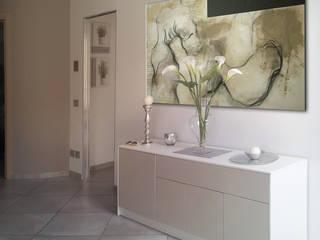 tra arte e architettura: Ingresso & Corridoio in stile  di Eleonora Pozzi Arch Studio
