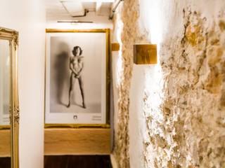 Eclectic style corridor, hallway & stairs by Hélène de Tassigny Eclectic