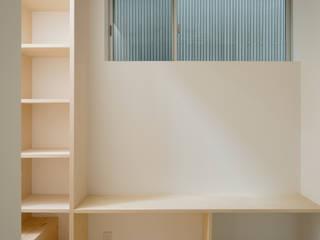 Skandynawski korytarz, przedpokój i schody od 井戸健治建築研究所 / Ido, Kenji Architectural Studio Skandynawski