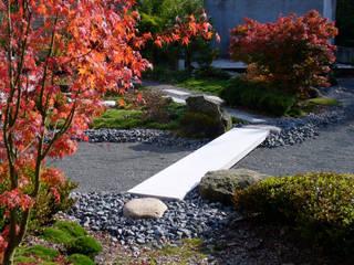 """Brücke über den """"Bachlauf"""":  Garten von ROJI Japanische Gärten"""