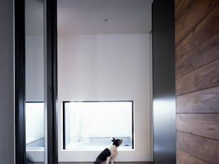 Modern Corridor, Hallway and Staircase by タカオジュン建築設計事務所-JUNTAKAO.ARCHITECTS- Modern