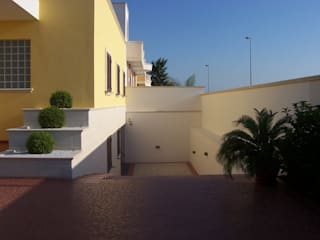Abitazione a due livelli con giardino Case moderne di Gianluca Vetrugno Architetto Moderno