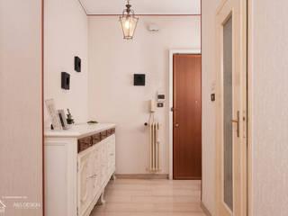 UN'altra prospettiva dell'ingresso .:  in stile  di Home Staging Corner