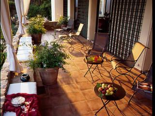 Terrasse  au premier étage sur les orangers:  de style  par alia bengana architecte