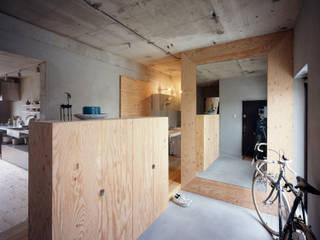 SETAGAYA FLAT 苅部 寛子建築設計事務所 /OFFICE OF KARIBE HIROKO Rustic style corridor, hallway & stairs