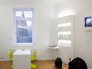 Wartezimmer einer Zahnarztpraxis Moderne Praxen von raum-im-haus Modern