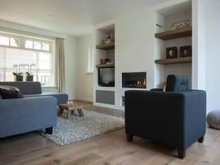 Overzicht van de woonkamer met zicht op de prachtige gashaard:  Woonkamer door Hemels Wonen interieuradvies en ontwerp