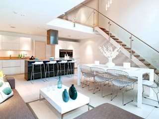 Double height void and feature staircase leading to kitchen / living / dining:  Kitchen by LLI Design