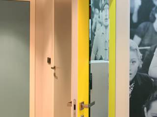apartament Warszawa Włochy Nowoczesny korytarz, przedpokój i schody od SHOQ STUDIO Architektura i wnętrza Nowoczesny