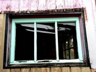 Una de las ventanas antes de la reforma:  de estilo  de Estar Design