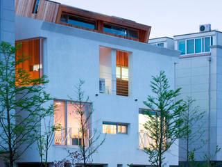 Modern home by CHORA Modern