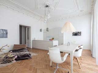 Appartment H&M destilat Design Studio GmbH Moderne Esszimmer