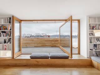 """Reforma de un ático en el barrio del """"Eixample"""" en Barcelona: Terrazas de estilo  de Room Global"""