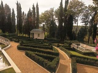 Il Parterre: Giardino in stile in stile Classico di Studio di Architettura Galli e Gueli