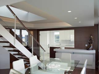 Salle à manger moderne par Intra Arquitectos Moderne